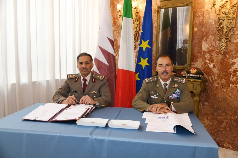 The agreement signed by the Italian Army Chief of Staff, General Farina (R), and the Commander of the Qatar Land Forces Maj. Gen. Al-Khayairi, initially focuses on joint training and exercises, but will probably lead to the equipment sales as well. (Italian Army photo)
